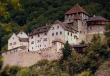 Das Fürstenhaus Liechtenstein macht es möglich: Deutsche können mit einer Holding legal Steuern sparen. (Foto: calflier001)
