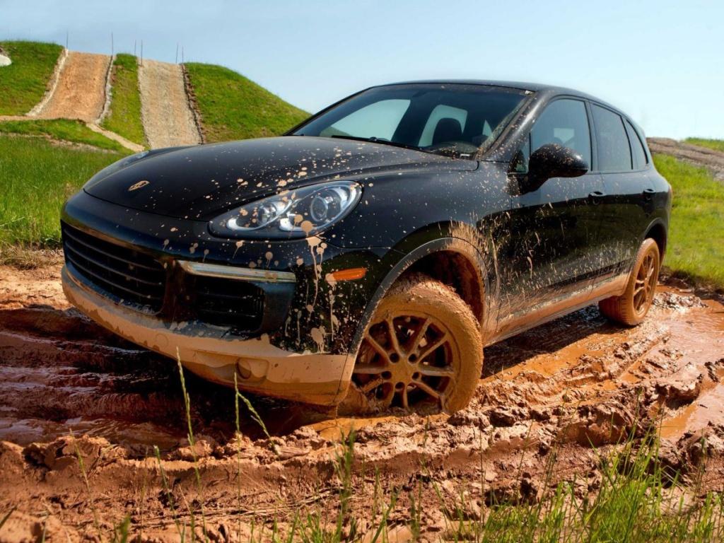 Im Off-Road-Bereich kann man auch mal so richtig durch den Matsch fahren. (Foto: Porsche)