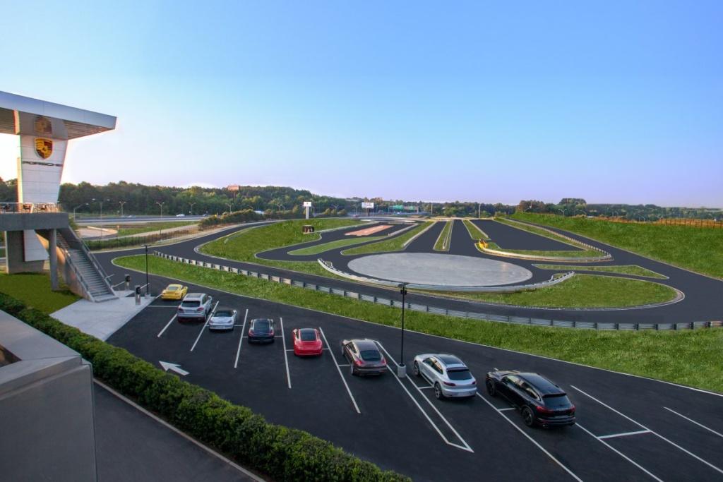 Direkt neben dem Hauptgebäude befindet sich eine 3 Kilometer lange Teststrecke. (Foto: Porsche)