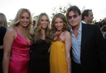 Schauspieler Charlie Sheen (re.) zahlte seiner Ex-Frau Brooke Mueller (2.v.li.) bis vor Kurzem noch 55.000 Dollar pro Monat. Doch Sheen kann sich die Zahlungen nun nicht mehr leisten. (Foto: flickr/Ash90291)