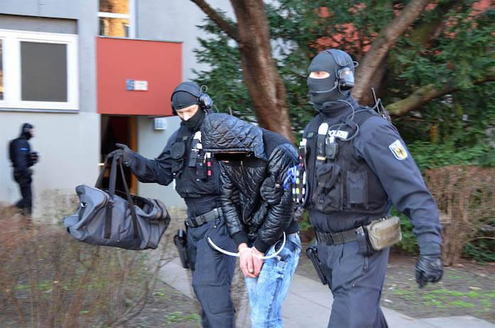Sie hatten immer wieder den Zugverkehr lahmgelegt: Am Donnerstag nahm die Polizei in Neukölln und Königs Wusterhausen 7 rumänische Kupferkabel-Diebe fest (Foto: SEK-Einsatz.de)
