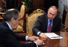 Wladimir Putin (rechts) und sein Verteidigungsminister Sergej Schoigu gaben am Montag im Kreml den Teilabzug der Truppen aus Syrien bekannt. (Foto: Kremlin.ru)