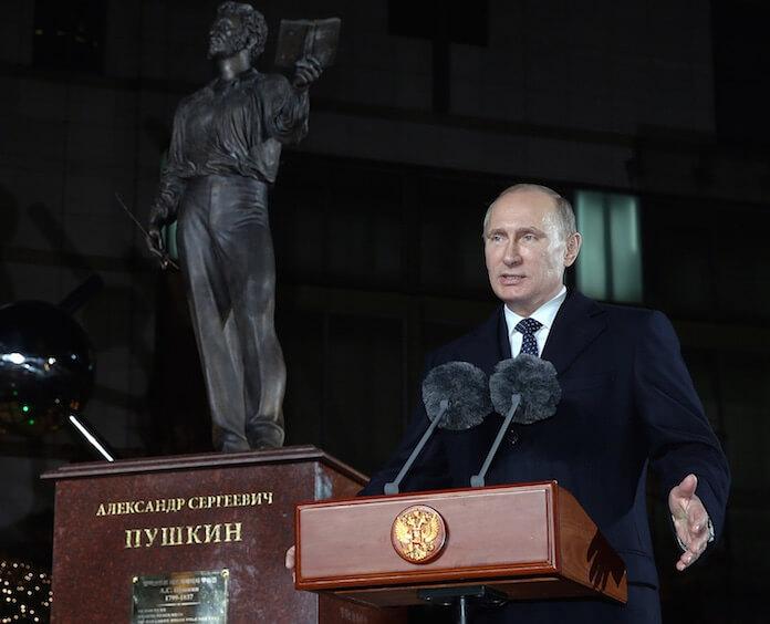 "Russlands Präsident Wladimir Putin bläst zum Angriff auf den Petrodollar. (Foto: flickr/<a href=""https://www.flickr.com/photos/koreanet/10863365144/in/photolist-hxXzZ3-8vvj8t-8vwE57-qtsvFZ-qtEEg4-qcgNH8-qtuLbM-kdjFty-qccnYi-qcgHmr-qRKLsy-pyLftE-qroTxE-qFbRuV-qtvotg-rQPEkW-qGnw6L-qcdN7p-pEPJHy-qc4ULf-8yqRi4-qtEpFx-qttZmB-qtzthY-q77LhG-spa5Cb-soSTEi-qroWmq-qtunHa-spa5bj-shDduN-qtuqun-spwfBq-qtzHCw-pwSH8v-qtDe7i-qc66pE-gDinit-pwTyDp-qtugAR-qP3hzb-dJhaWW-8vwx5w-qrp6E5-8vwLUh-8vtFMP-8vvyvS-8vybHC-8vsRMg-8vvipB"" target=""_blank"">Republic of Korea</a>)"