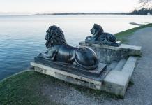 Zwei Löwen schauen stolz auf den Starnberger See. (Foto: Nico Kaiser)
