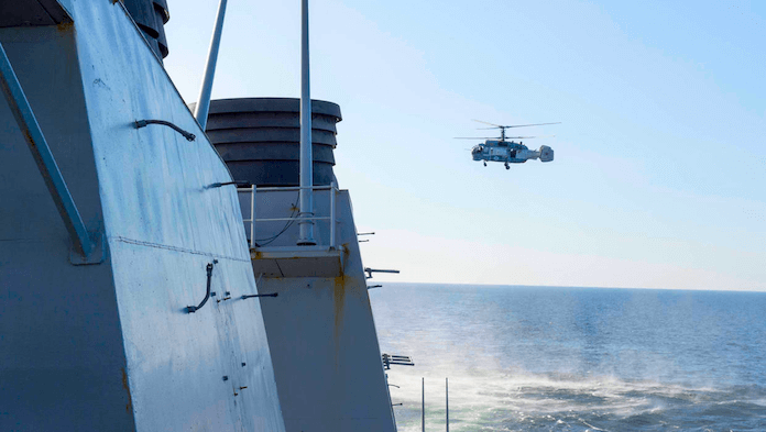 russischer helikopter über us-kriegsschiff