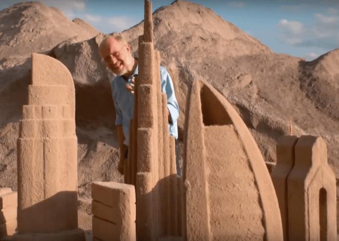 Professor Harald Lesch warnt vor dem Sandhunger in Regionen, wo es gar keinen Bausand mehr gibt, wie etwa in Dubai oder Singapur (Foto: Youtube/Leschs Kosmos/ZDFinfo)