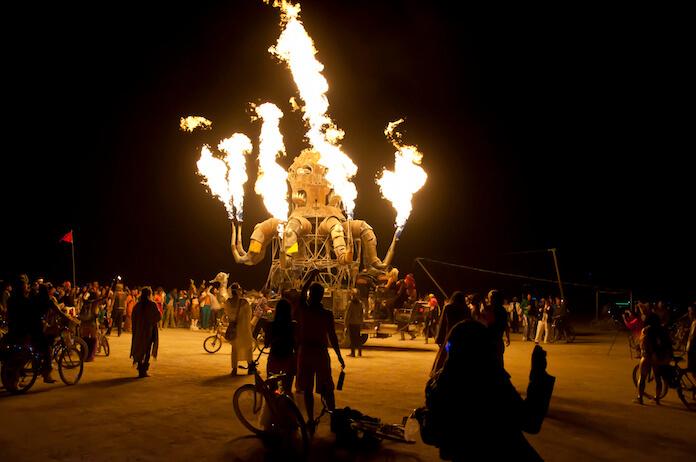"""Skurrile Fahrzeuge, wie dieser feuerspeiende Krake aus Metall, gehören zum Burning Man dazu. (Bild """""""" von """""""" via flickr.com. Lizenz: Creative Commons)"""