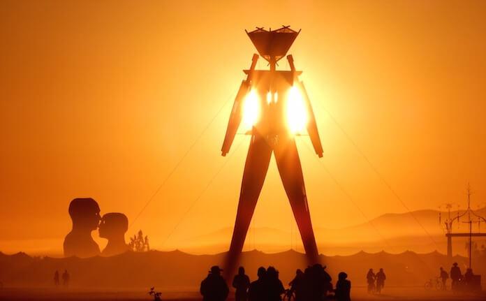 "Der Burning Man findet einmal jährlich in der Wüste Nevadas statt und zieht Beuscher aus aller Welt an. (Bild ""<a href=""https://www.flickr.com/photos/blmnevada/14953659908/in/photolist-oMpq7y-56CuAK-anvpzm-56Cw6p-5tCcXw-fHFyDw-8BXd2g-8GUNsU-8BX8YB-anffb3-56GmK5-8C2aUj-fHFVjC-56C7Kx-adXJPd-fHFdbQ-56CwLg-fHFaHU-d96xed-8C1F7G-p7Zz7K-anLGA1-8BXqgv-8C1Ck5-oMpCNK-56Gx6C-fHoQvF-8BZYQb-akU6sN-8C1JtA-8BXxXR-33hJhR-8GEXBh-arsvwV-8BY6ux-gzJAov-56GGrC-amZZeu-dhWeEV-mMUvE-p2RNu1-8BX9Zt-8JbbjF-d6xyX1-d96vUS-p4ChEk-anBkHN-fHFEhd-5H26bG-fHp8yH"" target=""_blank"">Burning Man 2014: Caravansary</a>"" von ""<a href=""https://www.flickr.com/photos/blmnevada/"" target=""_blank"">BLM Nevada</a>"" via flickr.com. Lizenz: <a href=""https://creativecommons.org/licenses/by/2.0/"" target=""_blank"">Creative Commons</a>)"