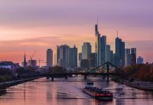 """Die Deutsche Bank steht derzeit unter gewaltigem Druck und könnte zum nächsten Lehman Brothers werden. In Frankfurt am Main, wo das Finanzinstitut seinen Hauptsitz hat, ist die Lage angespannt. (Bild """"Frankfurt Skyline"""" von """"Kiefer"""" via flickr.com. Lizenz: Creative Commons 2.0)"""