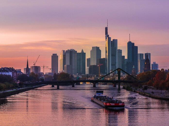 "Die Deutsche Bank steht derzeit unter gewaltigem Druck und könnte zum nächsten Lehman Brothers werden. In Frankfurt am Main, wo das Finanzinstitut seinen Hauptsitz hat, ist die Lage angespannt. (Bild ""<a href=""https://www.flickr.com/photos/xingxiyang/15161527664/in/photolist-p6LMXo-q3GnUE-aB75MA-6coBbW-nfmW7v-4frvWe-k9fSoT-6YKSFQ-5QbpxA-rr2TPU-tESoX-mbGUVe-jDigyv-nbohJS-FAAv-6cddic-e7dDm3-oLtyCD-pN41gQ-oR35yH-mMg4k2-ezmWg6-fdxfQb-nVHu6U-jDjfkz-vUSedS-ejDA7x-nCtjQX-pBcvHR-qeaZkn-ihsh44-5aqsLm-4Eok3Z-fdx4E7-7Nd4NV-mbGVzR-766MjG-4DeeGt-cd9rB1-nriZyR-7PRwQG-985Nj6-9tPTmw-qLUNbQ-qLPJvn-oMnu1m-mTLuq6-mMgcD6-htc61z-dsa9UA"" target=""_blank"">Frankfurt Skyline</a>"" von ""<a href=""https://www.flickr.com/photos/xingxiyang/"" target=""_blank"">Kiefer</a>"" via flickr.com. Lizenz: <a href=""https://creativecommons.org/licenses/by-sa/2.0/"" target=""_blank"">Creative Commons 2.0</a>)"