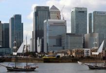 """Die britische Haupstadt London, einst der wichtigste Finanzplatz Europas, könnte schon bald an Bedeutung verlieren. Tausende Jobs stehen nach dem Brexit auf dem Spiel. (Bild """"jantje passing canary wharf"""" von """"stu smith"""" via flickr.com. Lizenz: Creative Commons)"""