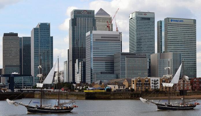 "Die britische Haupstadt London, einst der wichtigste Finanzplatz Europas, könnte schon bald an Bedeutung verlieren. Tausende Jobs stehen nach dem Brexit auf dem Spiel. (Bild ""<a href=""https://www.flickr.com/photos/40139809@N00/9983918253/in/photolist-gdfc4B-5GUt2M-kpa7Se-pSfXra-o1uUET-f7qCos-5GUqda-oNsnG6-bdWZRV-iTgF9n-F6Ypi-dXiXGF-3K5gE2-8TNHxx-ouhccc-5CyL2f-jVHVrt-qbANEy-frdmLU-sjrxGJ-cvfgU5-i7KXik-pRN9Cj-b3ENfv-bzdKeX-Grbn2c-q9nhxH-aVF7Bi-frdmBq-2DkrD-fqY5Yx-8C3XJh-ardPaV-boudn-q8479z-bCsHF1-qBsuJg-hL3NXK-rcs46u-7zkFba-bCsHCW-5Bxwhx-nmqYsd-obdDsm-2EFKzn-ePpHm8-fjXngo-5dW88c-dHvxie-q9zQMw"" target=""_blank"">jantje passing canary wharf</a>"" von ""stu smith"" via flickr.com. Lizenz: <a href=""https://creativecommons.org/licenses/by-nd/2.0/"" target=""_blank"">Creative Commons</a>)"
