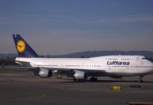 """Die Lufthansa stellt ab Freitag alle Flüge nach Venezuela ein. Grund ist die desolate wirtschaftliche Lage des Landes. (Bild """"Lufthansa 744"""" von Michael Rehfeldt via flickr.com. Lizenz: Creative Commons)"""