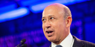 "Die US-Investmentbank Goldman Sachs und ihr Chef Lloyd Blankfein erfreuen sich bester Kontakte zu Politikern und Notenbankern. (Bild ""Fortune Most Powerful Women 2012"" von ""Fortune Live Media"" via flickr.com. Lizenz: Creative Commons 2.0)"