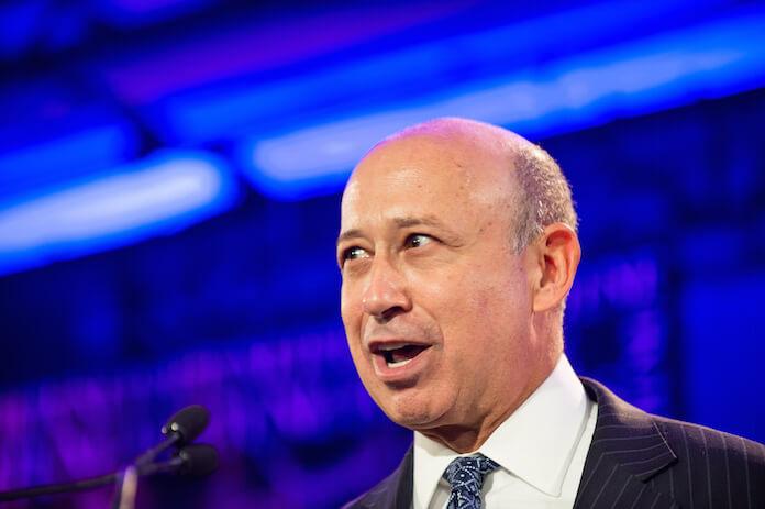"Die US-Investmentbank Goldman Sachs und ihr Chef Lloyd Blankfein erfreuen sich bester Kontakte zu Politikern und Notenbankern. (Bild ""<a href=""https://www.flickr.com/photos/fortunelivemedia/8047798504/in/photolist-dq59Bm-gH8VFo-dga7Uh-bX5egc-bX5ehD-gH8SNt-gH8FLY-dga1KB-gH9Bva-dpTukU-dga9Um-aBEDEw-dq511i-dga3Nf-dga8MS-gH8zZs-dga8vG-gH8EhW-dga7cf-gH9Dnr-gH9Eiz-dq4XUK-dga5rT-aBED8q-aBBYpt-gH8QFc-dga5gE-awWUZe-dq4X3t-dpTunf-dgaapy-dgaafL-dq58tj-dga4Vo-dga4UF-dga947-dga6dz-dga6bQ-dga5Go-dga4sQ-dga3fR-asSdWx-dga2LV-dga2DF-dga4Cu-dgbZpw-dga57C-aw7KzU-gH8S6r-CAdo4c"" target=""_blank"">Fortune Most Powerful Women 2012</a>"" von ""<a href=""https://www.flickr.com/photos/fortunelivemedia/"" target=""_blank"">Fortune Live Media</a>"" via flickr.com. Lizenz: <a href=""https://creativecommons.org/licenses/by-nd/2.0/"" target=""_blank"">Creative Commons 2.0</a>)"