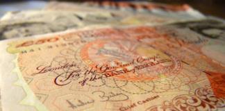 """Die britische Währung, das Pfund Sterling, steht seit dem Brexit-Votum der Briten gewaltig unter Druck und verzeichnet den tiefsten Stand seit mehr als drei Jahrzehnten. (Bild """"50 British Pounds Sterling"""" von """"deg.io"""" via flickr.com. Lizenz: Creative Commons 2.0)"""