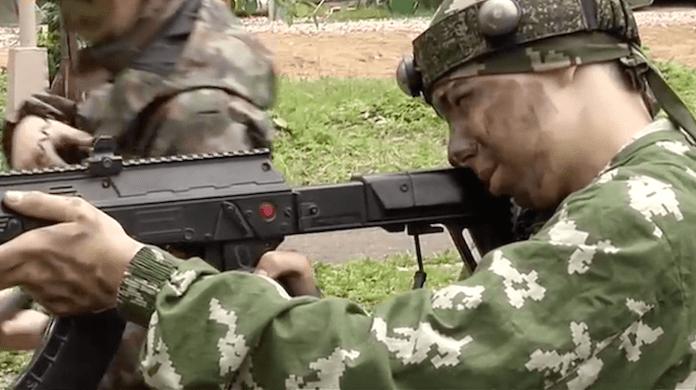 Russische Jungen schießen Militärlager