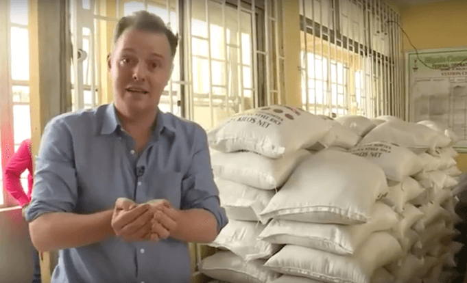 Nigeria, Grenzbehörde konfisziert 2,5 Tonnen Plastik-Reis. BBC Reporter ist entsetzt. (Foto: NEWS w08d)