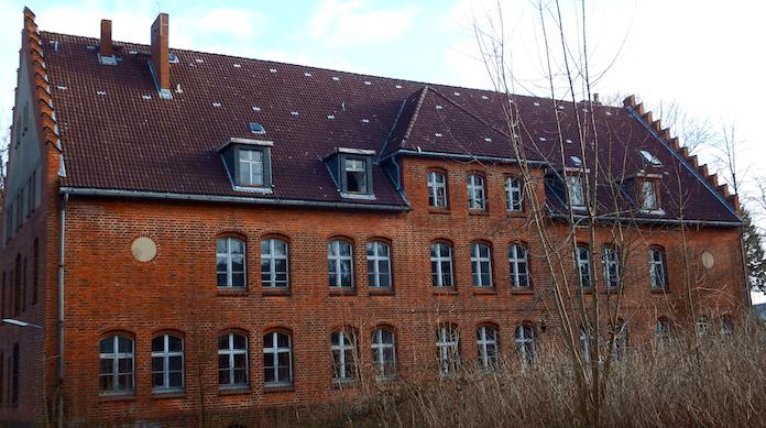 Das denkmalgeschützte Wirtschaftsgebäude des Marinelazaretts wird von der Dolphin Trust GmbH originalgetreu saniert.