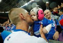 Island/ Baby-Boom nach beschämenden Sieg gegen England. Hier: Ari Freyr Skulason und seine Tochter nach dem Sieg gegen England. (Foto: l3o_)