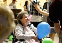 Die Arbeit in einem Seniorenheim kann ermüdend sein. Der Sechs-Stunden-Tag macht Mitarbeiter und zu glücklicheren Angestellten. (Foto: Jeffrey Smith)