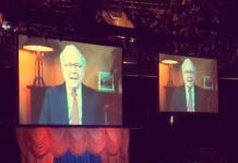 Warren Buffett bei der diesjährigen Aktionärsversammlung von Berkshire Hathaway (Screenshot: YouTube)