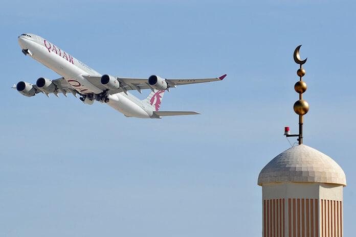 Katar importiert Kühe: Hier ein Airbus A340 von Qatar Airways; hebt in Doha ab. (Foto: Steven Byles)