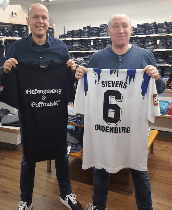 Jahn Sievers (ehemals Torjäger des SV Meppen) und Oliver Wolf beim Trikottausch.