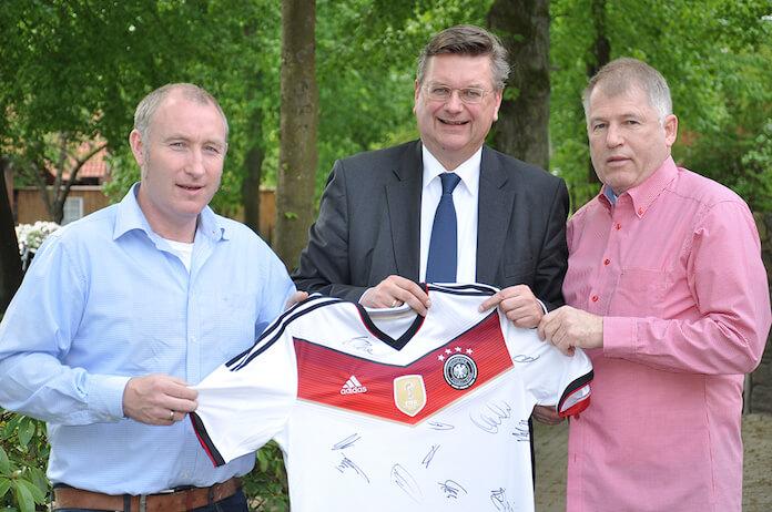 Oliver Wolf mit neuem Schirmherr und DFB Präsident Reinhard Grindel und Erhard Dreyer