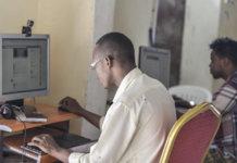 Nach 3 Wochen ohne Internet: Somalia ist wieder online. Das Disaster erinnert an 2014, als mobiles Internet gebannt wurde und sich lange Schlangen vor Internetcafés gebildet haben. (Foto: AMISOM Public Information)