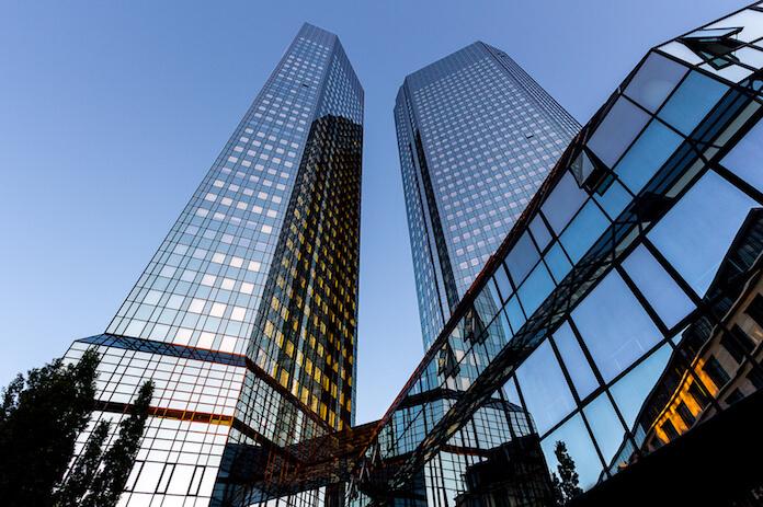 Die Deutsche Bank rät bei diesen Immobilien-Aktien zum Kauf. Hier: Deutsche Bank in Frankfurt (Foto: Carsten Frenzl)