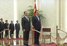 Russland und China vereinen Zahlungssystem gegen US-Dollar. Hier: Medvedev mit Li Keqiang beim Staatsbesuch in China 2015)
